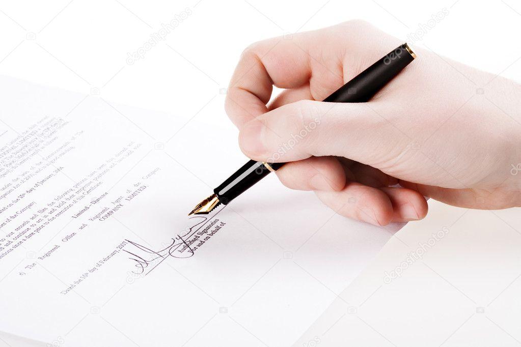 Cerca De Una Mano Firmando Un Documento P Foto De Stock