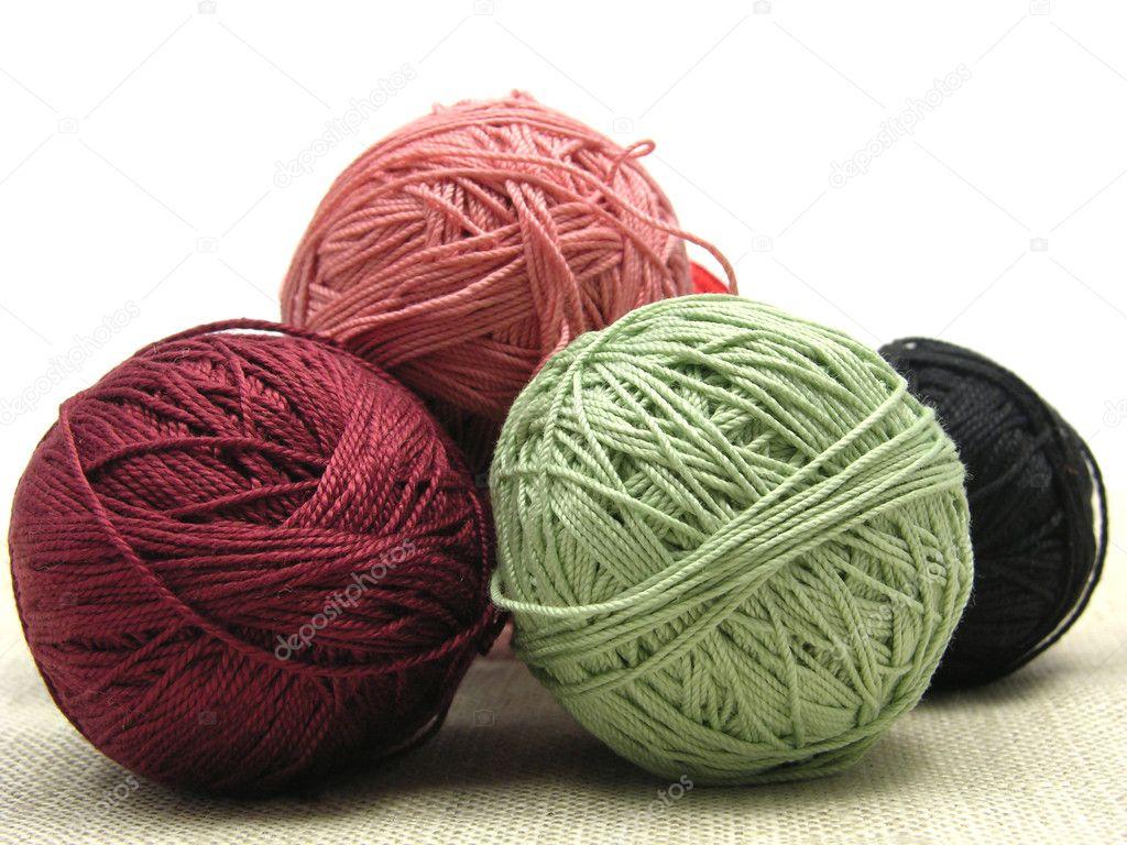 unas bolas de lana en un color beige backgrou — Foto de stock ...