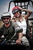 boldog, fiatal pár, ATV