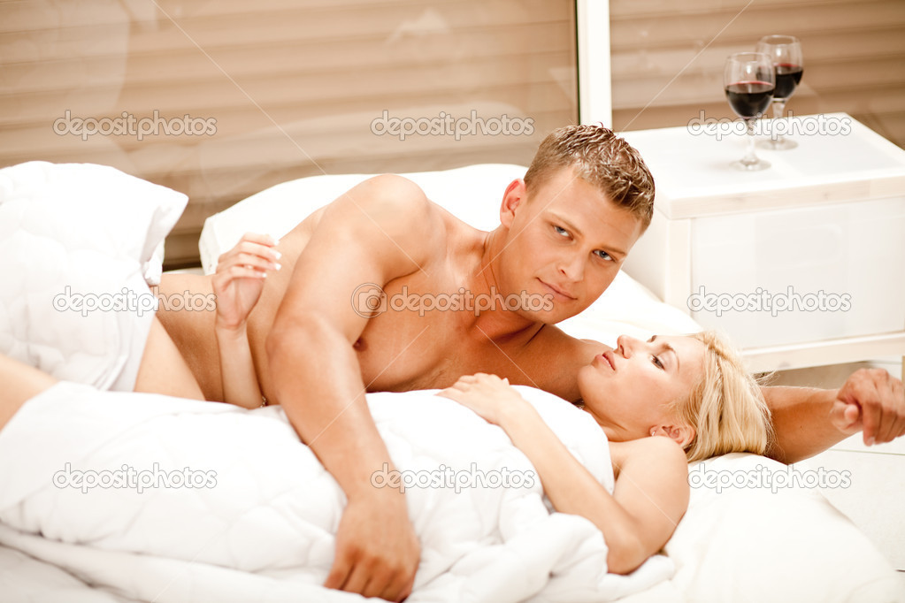 Супружеская Пара Пригласили В Кровать Застенчивого Друга