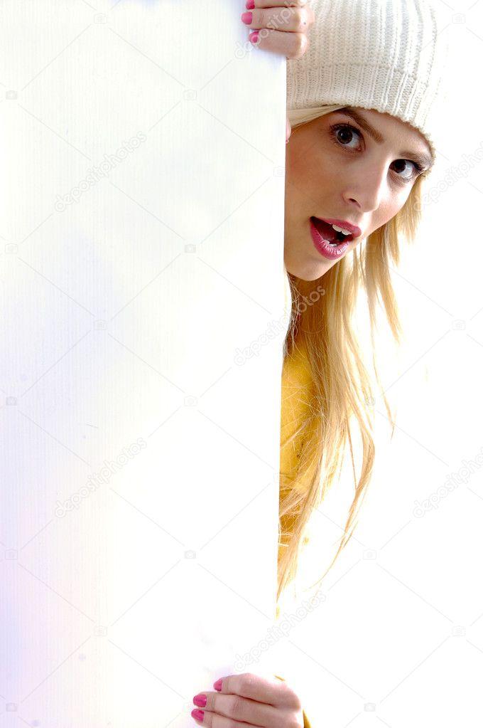 Силы, девушка выглядывает из за двери гифка