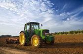 traktor v poli