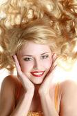 Portrét smějící se mladé ženy