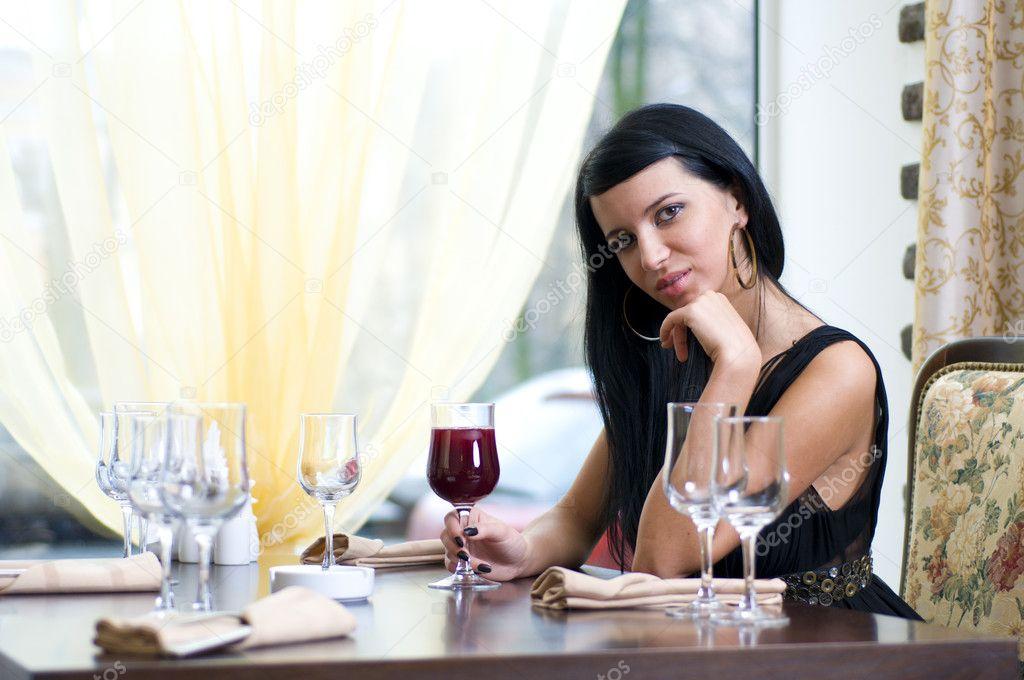 Ресторане красивая дама наблюдение видео