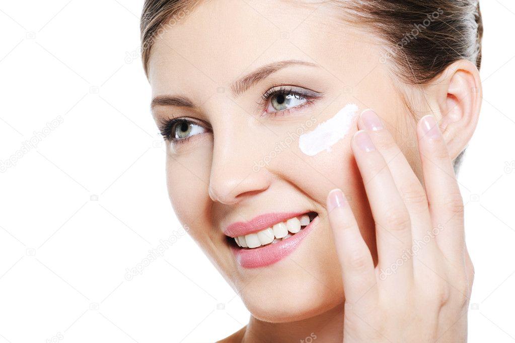 Mujer aplicando crema cosmética — Fotos de Stock #1600037