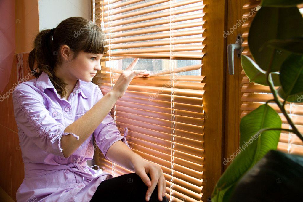 Фото красивая девуша смотряшая в окно фото 691-702