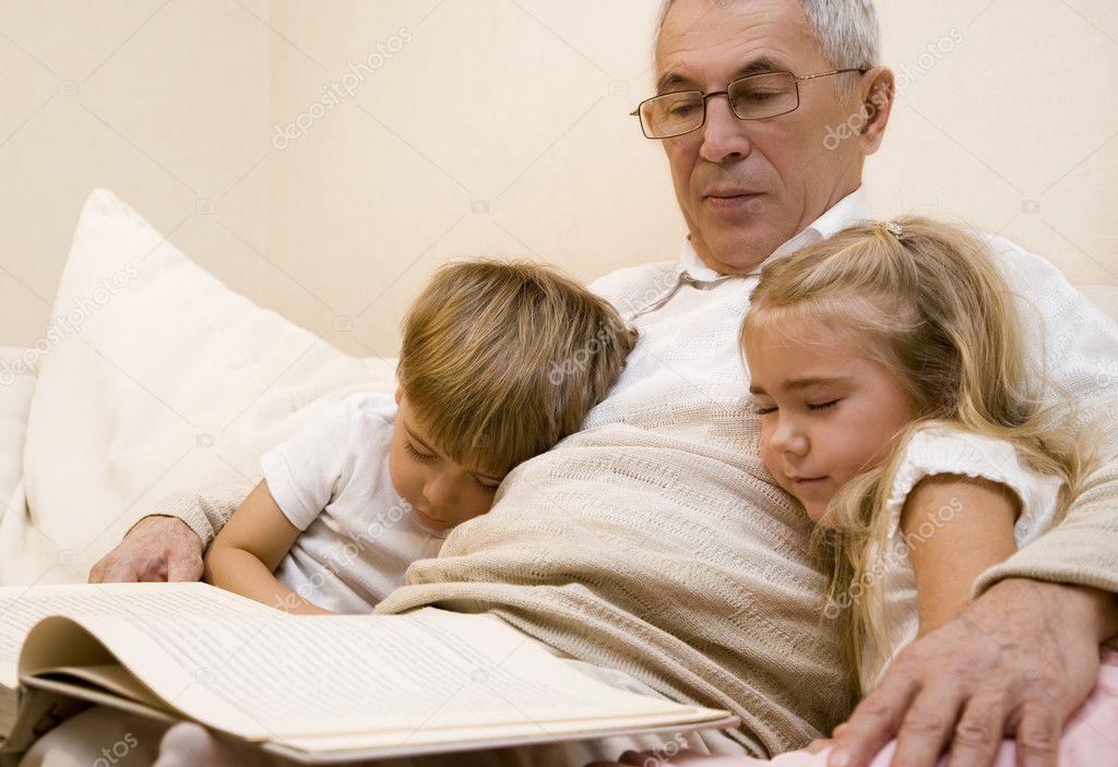 Внучка в гостях у дедушки