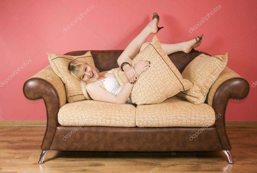 Китаянку молодую тетушку на диване мой муж