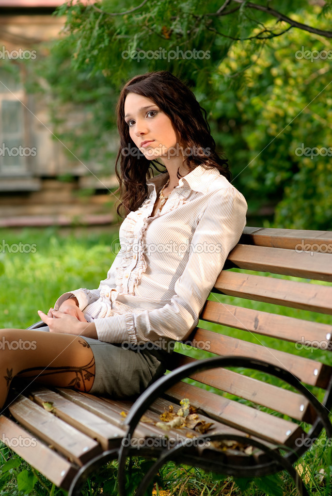 на скамейке в парке в чулках фото иметь хвост
