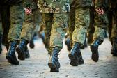 soldaten marschieren in bildung