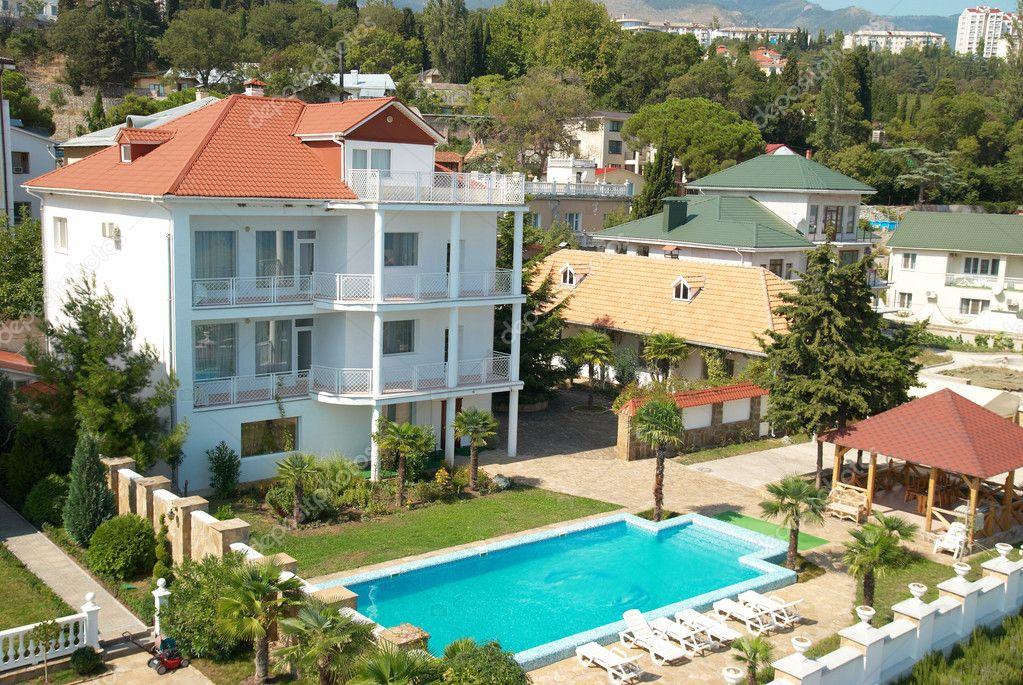maison avec la piscine bleue photographie dovapi 1681781. Black Bedroom Furniture Sets. Home Design Ideas