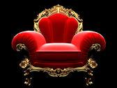 Klassischer goldener Stuhl im Dunkeln