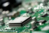 Mikrochip auf grüner Leiterplatte