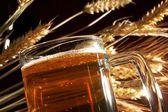 Sklenici piva s obilím