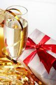 Fotografie Glas Champagner, Geschenk mit roten Bändern
