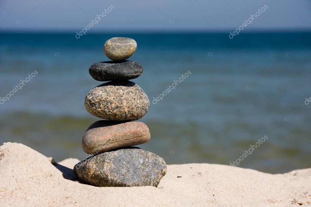 Kiezels op het strand gestapeld u stockfoto olechowski