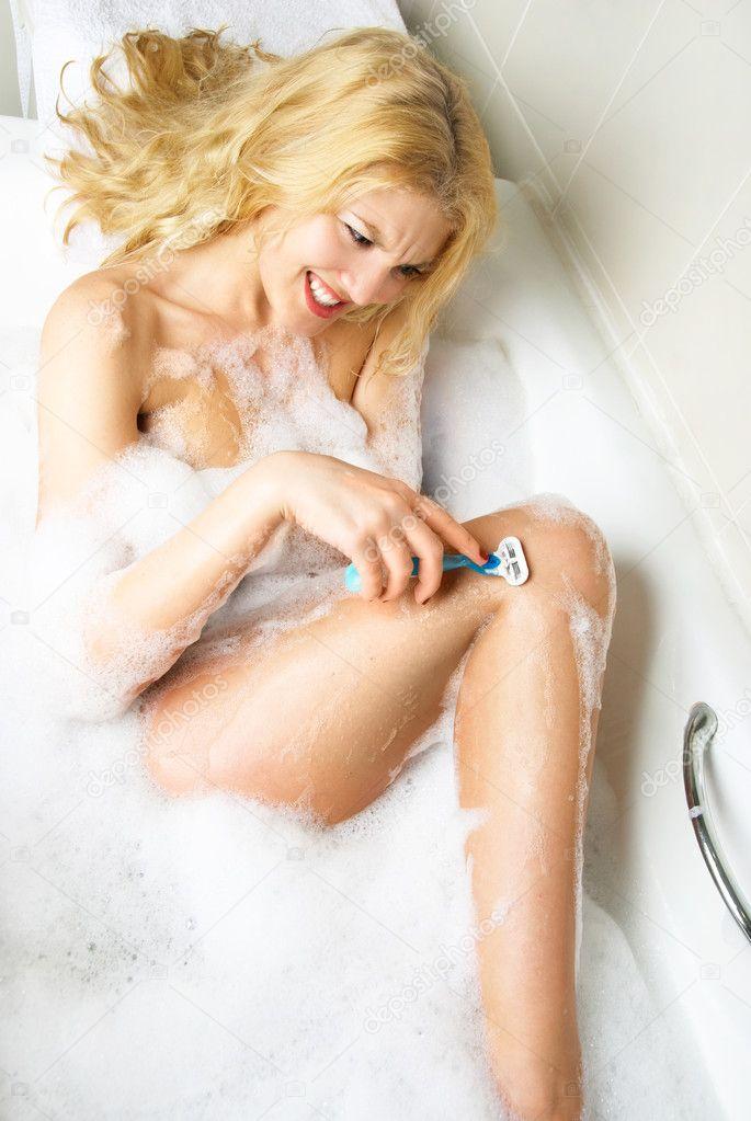 в пенной бреет блондинка ноги ванне