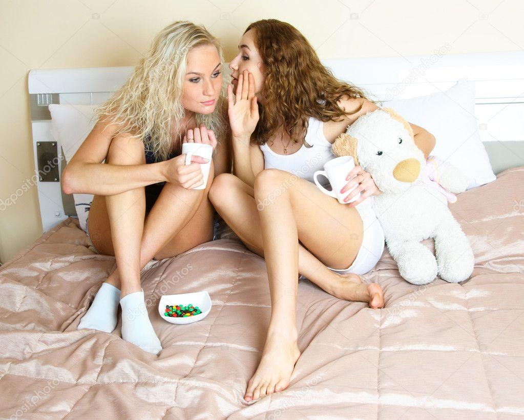 Сколько три лесбиянки на на полу трутся кисками арабом