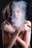 dohányzó nő