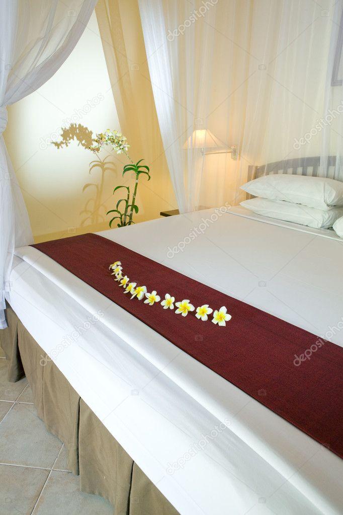 brede bedding onder bed gordijnen — Stockfoto © KKulikov #2642793