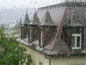 Prostřednictvím dešťové kapky na okně