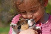 Fényképek kis lány és kölyök