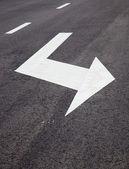 Fotografie Verkehrszeichen Pfeile auf asphaltierten Oberfläche