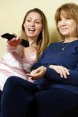 Fényképek anya és lánya, tv-nézés