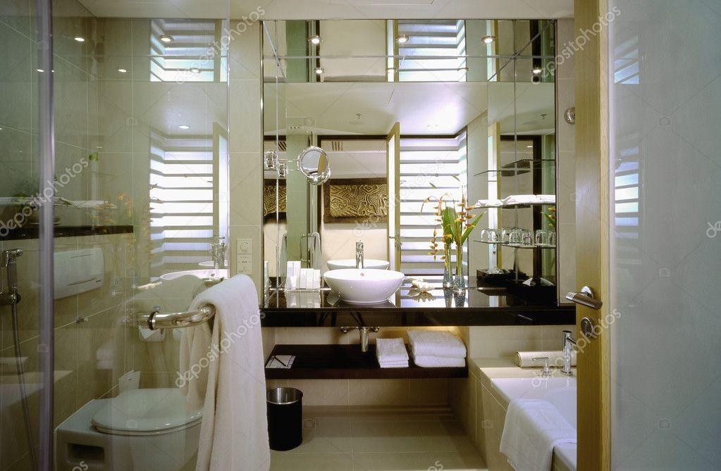 Salle de bain contemporaine — Photographie geniuslady © #2290072