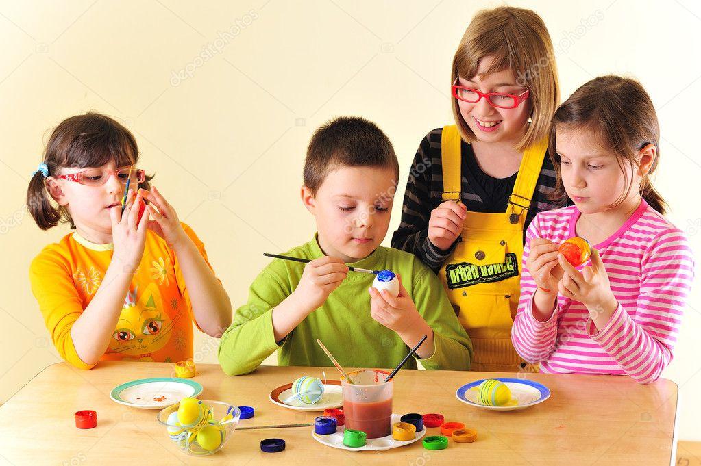 niños pintando huevos — Foto de stock © jordache #2026039