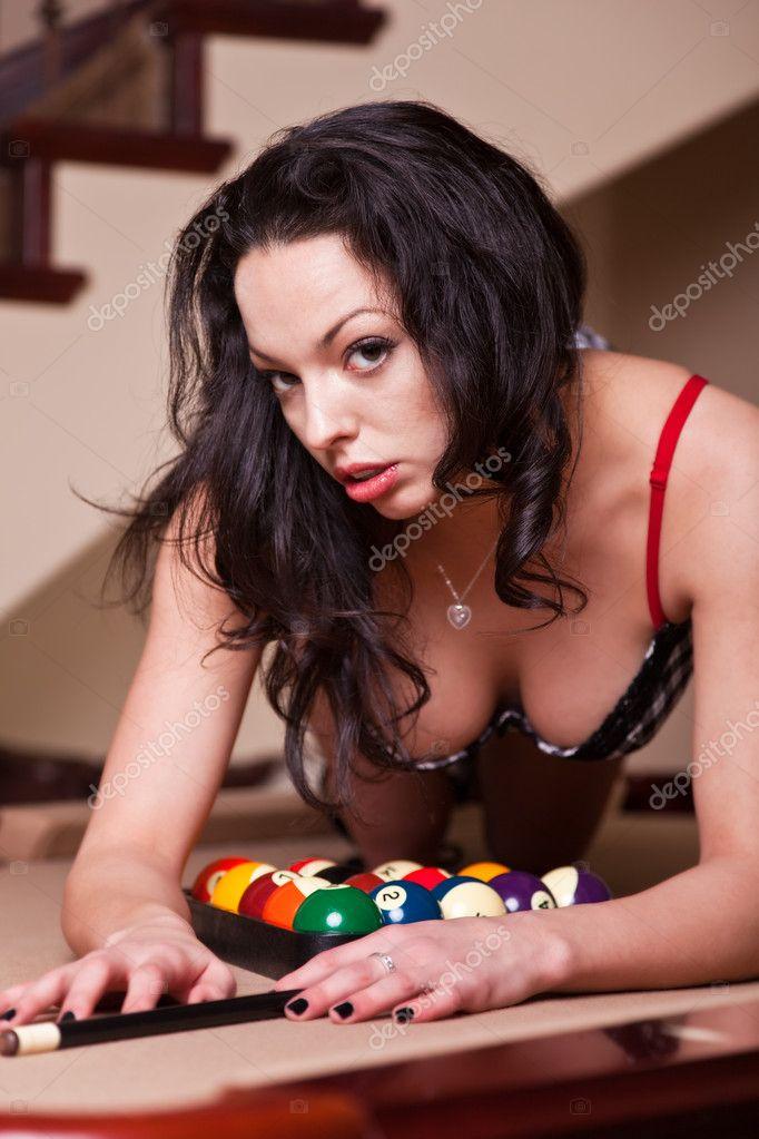Сексуальная девушка на бильярдном столе
