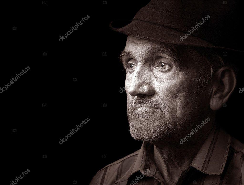 92d88fa1d296d Portrait d'un vieil homme avec chapeau, isolée sur fond noir — Image de ...