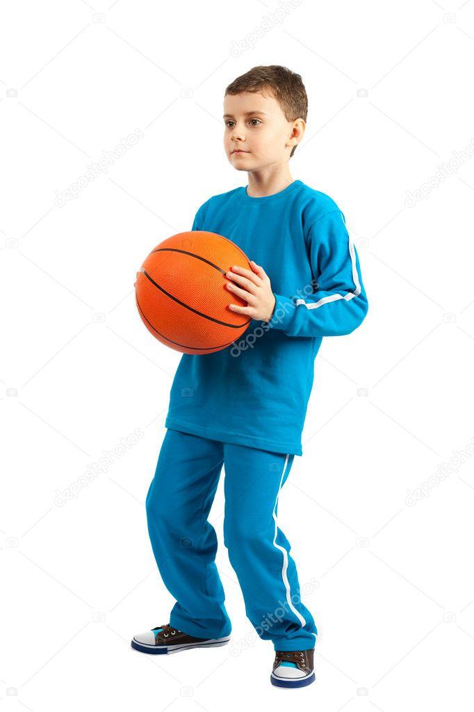 d5cb2386ae1 Rozkošný chlapec s basketbal izolovaných na bílém pozadí — Fotografie od ...