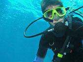 mladý potápěč pod vodou