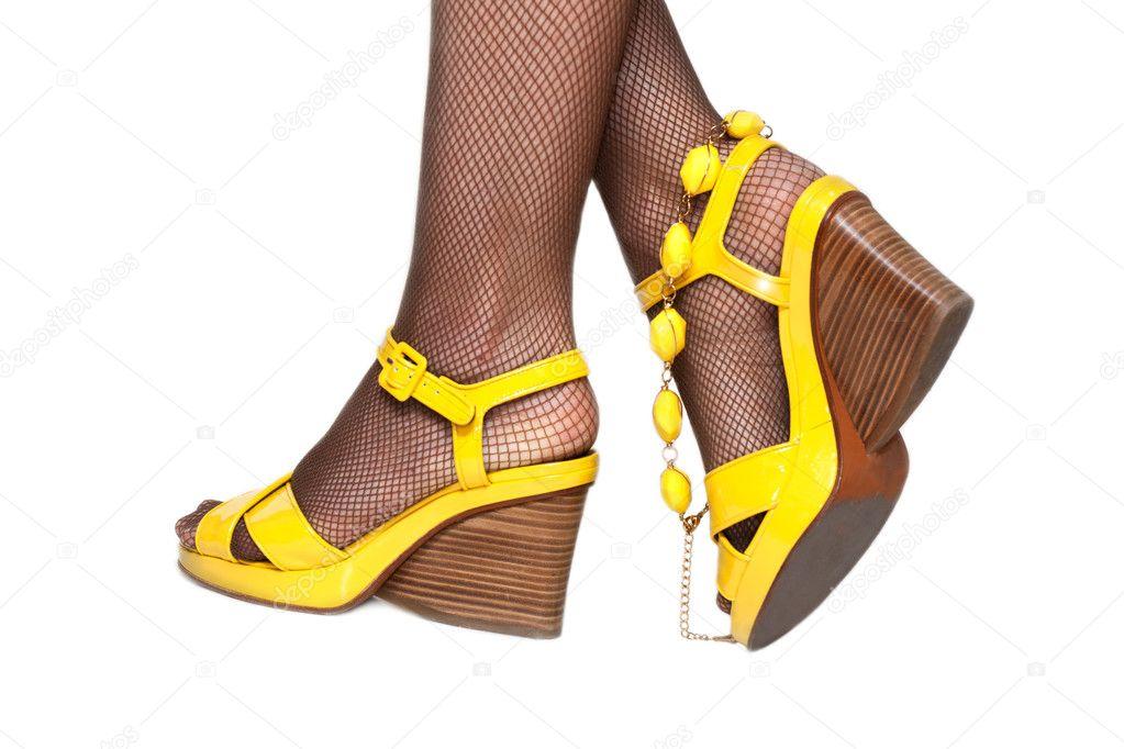 Feminine Beine, gelbe Sandalen, Strumpfhose Net isoliert auf weißem  Hintergrund — Foto von Ruslan 4034b76f2f