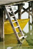 Gelbes Boot unter dem dock