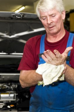 Car mechanic, cleaning his hands