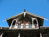 Fotografia capanna di legno antico mezzanino