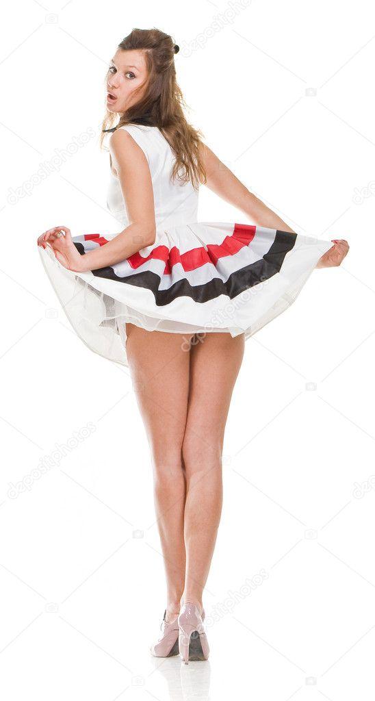 Женщина в возрасте в коротком платье