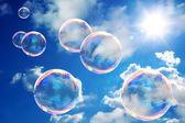 Fotografia bolle di sapone sul cielo blu