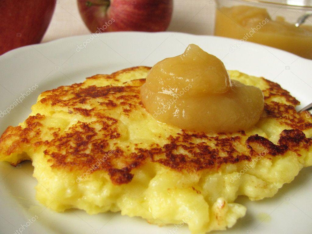 Kleine Kartoffel Quark Kuchen Mit Apfelmus Stockfoto C Heikerau
