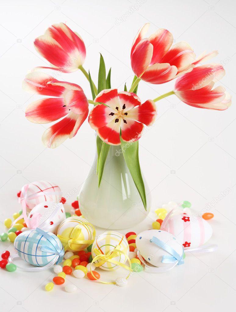electrodomsticos para el hogar hermosos tulipanes en florero en la mesa con pequeos huevos de pascua foto de brebca - Electrodomesticos Pascua