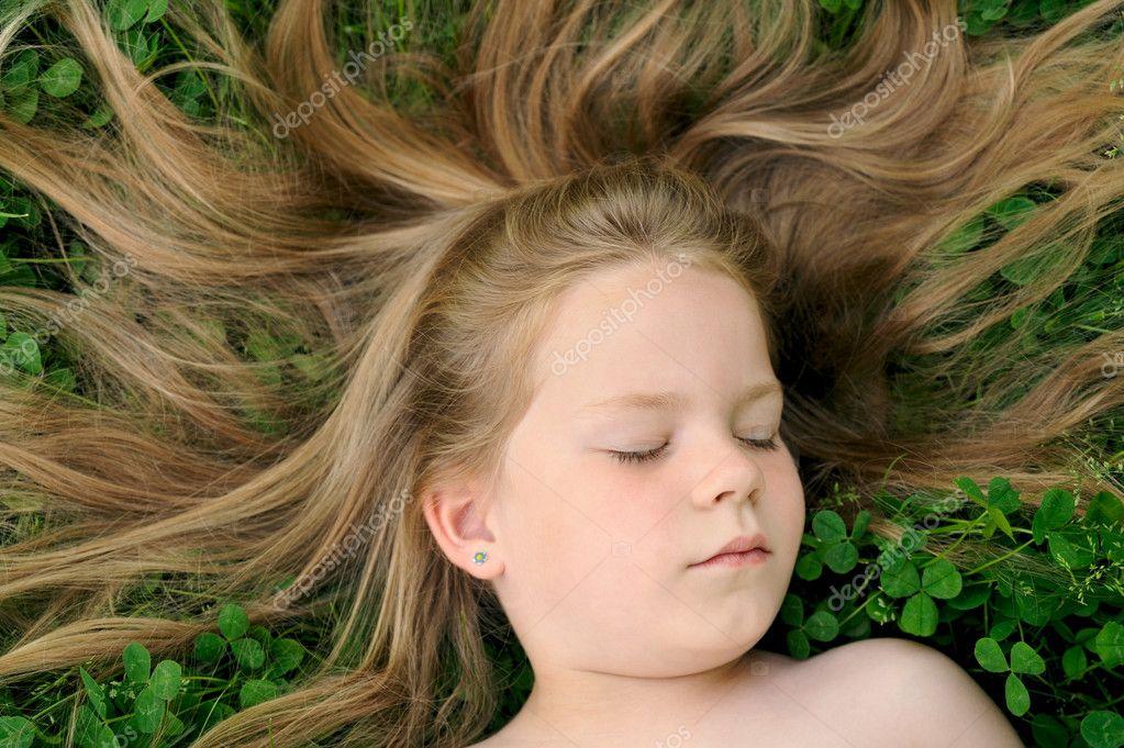 Kleines Mädchen beim Sonnenbaden - Stockfotografie