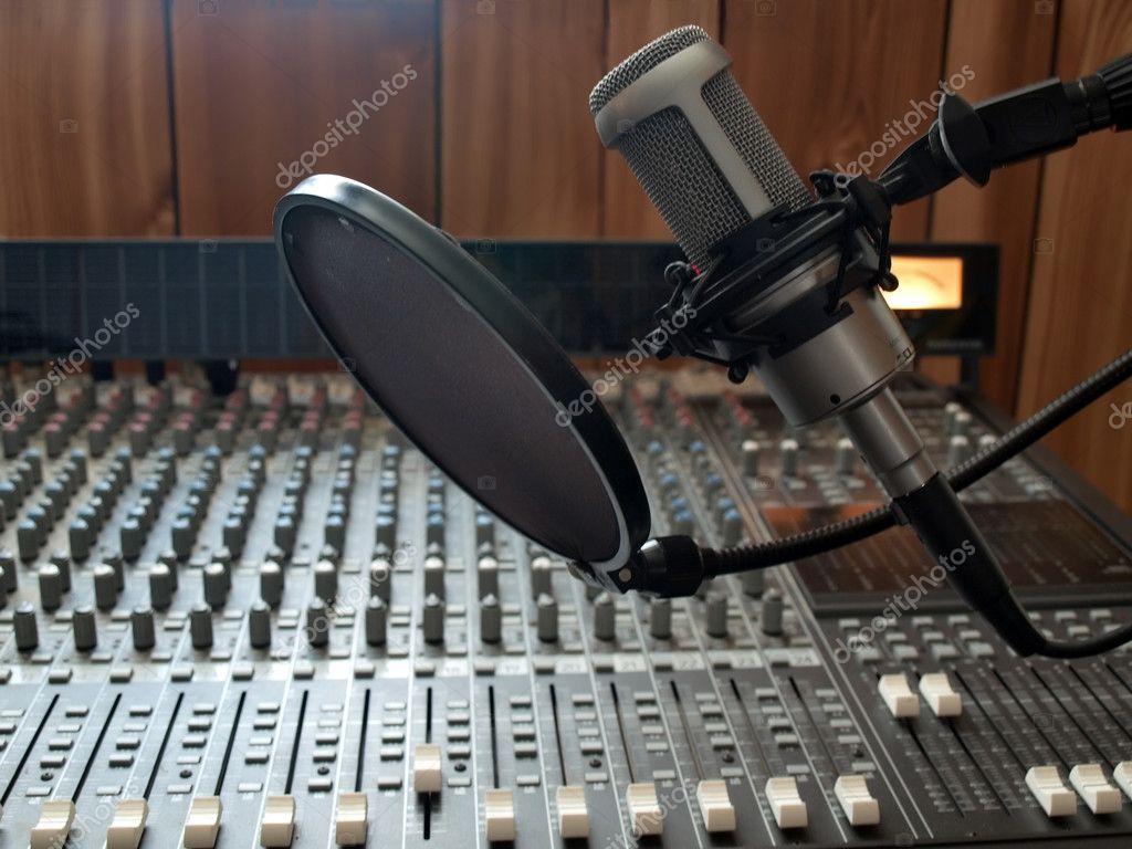 https://static3.depositphotos.com/1007305/226/i/950/depositphotos_2266953-stock-photo-studio-vocal-microphone.jpg