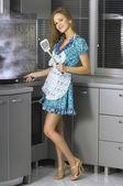 krásná žena v domácnosti v kuchyni