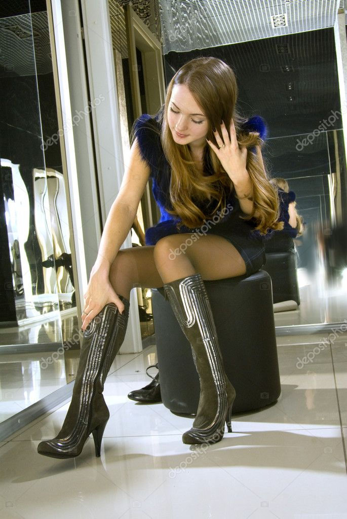 Блондинка женщина в сапогах фото 190-511