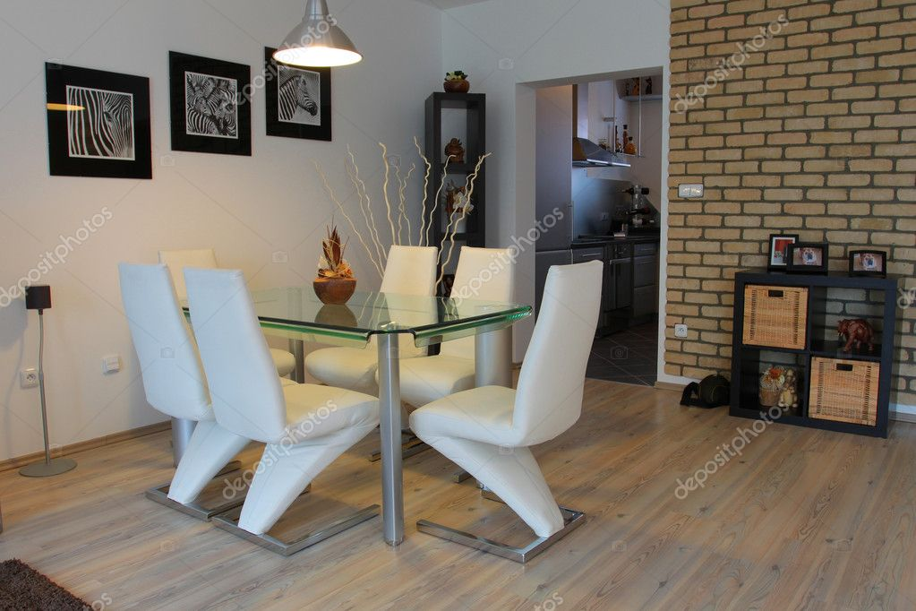 Sala da pranzo con sedie moderne foto stock for Sedie da pranzo economiche