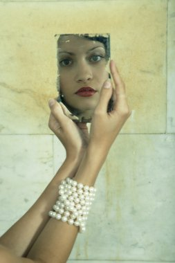 "Картина, постер, плакат, фотообои ""девушка с зеркалом зеркало раме зеркала настенное круглые подсветкой рамы"", артикул 2442561"