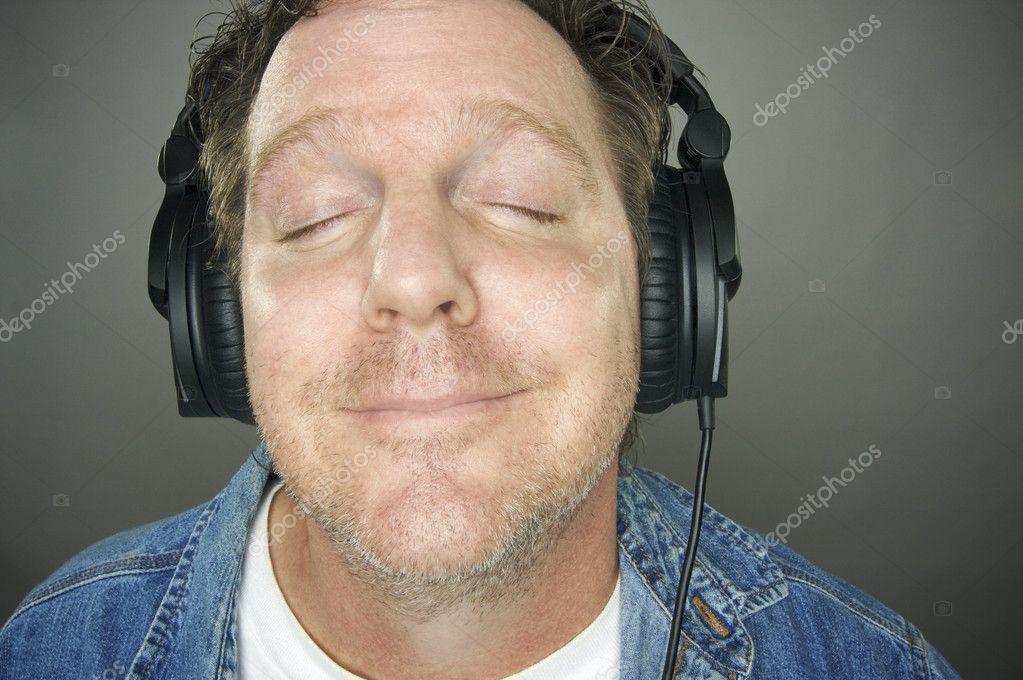 male worker wears headphones - HD1300×923