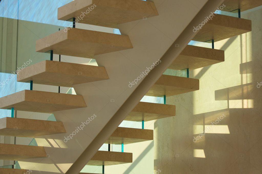 cristal y majestuosas escaleras de mrmol u foto de stock